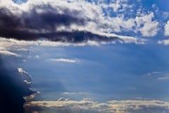 Dämmerige Strahlen, Wolke und blauer Himmel Stockfotos