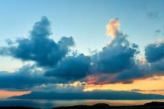 Dämmern die Seewolkenberge lizenzfreie stockfotografie