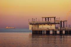 Dämmern Sie auf dem adriatisches Seestrand in Durres Lizenzfreie Stockbilder
