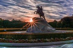 Dämmern Sie mit hellen Strahlen an der Statue von Peter der Große lizenzfreies stockfoto