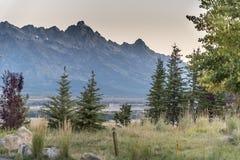Dämmerung über dem großartigen Tetons von der Frühlings-Nebenfluss-Ranch Jackson stockfoto