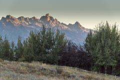 Dämmerung über dem großartigen Tetons von der Frühlings-Nebenfluss-Ranch Jackson stockbild