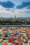 Dämmerung über im Stadtzentrum gelegenen mehrfachen übermäßigfarben der Stadt weekend Markt Stockfoto