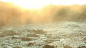 Dämmerung über rauschender Fluss stock footage