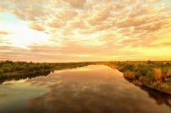 Dämmerung auf dem Fluss Stockfoto