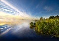 Dämmerung auf dem Reservoir in Desnogorsk, Russland lizenzfreies stockbild