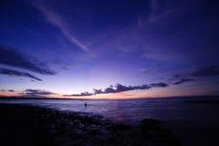 Dämmerung auf dem Strand Oesapa stockfotos