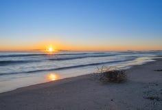 Dämmerung auf dem Strand, schöne sternenklare Sonne über dem Horizont Lange Belichtung auf dem Valencia-Strand stockfotografie