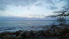 Dämmerung auf der Küste im schönen schönen Wetter Lizenzfreies Stockbild