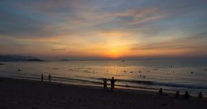 Dämmerung auf der Stadt Strand Nha Trang stock video