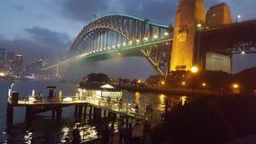 Dämmerung auf Sydney Harbour Bridge auf dem funkelnden und ursprünglichen Wasser von Sydney Harbour in Sydney, NSW, Australien lizenzfreie stockfotografie