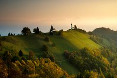 Dämmerung bei Jamnik Slowenien, Kirche von Heiligen Primus lizenzfreies stockbild