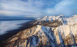 Dämmerung in den Bergen von Sibirien Lizenzfreie Stockfotos