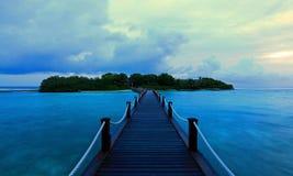 Dämmerung an den Brückenwasserbungalows in Malediven Lizenzfreie Stockbilder