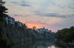 Dämmerung in der alten Stadt von Tiflis Stockbild