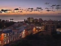 Dämmerung in der Stadt von Puerto de la Cruz auf Teneriffa, eine romantische Straße mit bunten Häusern im Licht lizenzfreies stockbild