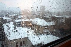 Dämmerung des regnerischen Winters in der Stadt Lizenzfreie Stockfotos
