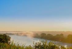 Dämmerung durch den Fluss in der Landschaft Lizenzfreies Stockfoto