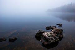 Dämmerung durch Nebel bedeckte See Stockbild