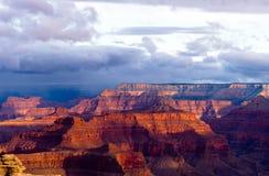 Dämmerung eines neuen Tages bei Grand Canyon stockfotografie