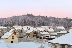 Dämmerung im Winter im Dorf, früher eisiger Morgen stockfoto