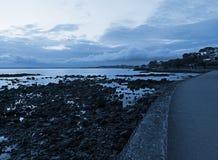 Dämmerung am Küstenvorland lizenzfreies stockbild