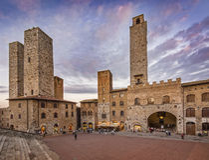 Dämmerung in San Gimignano, Italien Stockbild