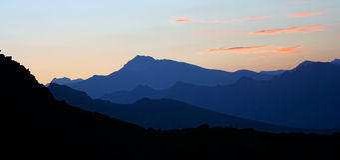 Dämmerung von Schattenbildern der Berge Lizenzfreie Stockfotografie