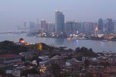 Dämmerung in Xiamen-Stadt und in Gulangyu-Insel, Südost-China lizenzfreie stockfotografie