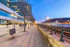 Dämmerungs-Ansicht von Donau promenieren pedestrianised Ufergehweg entlang der Tramlinie und der Donau Budapest, Ungarn lizenzfreie stockfotos