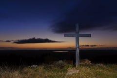 Dämmerungs-Bergkuppe-Kreuz Stockbilder