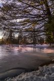 Dämmerungs-Himmel über dem gefrorenen See! stockfotografie
