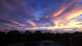Dämmerungs-Purpur und Gloden-Wolken Lizenzfreie Stockfotos