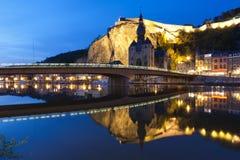 Dämmerungs-Stadtbild von Dinant, Belgien stockfoto
