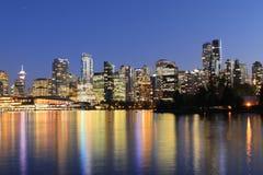 Dämmerungsansicht der Vancouver-Skyline stockfotos