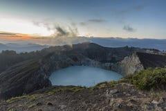 Dämmerungsansicht von Kelimutu-Kratern lizenzfreie stockbilder