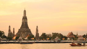 Dämmerungsansicht von Wat Arun über Chao Phraya River stock video