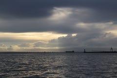 Dämmerungsherbstabend im Hafen Stockbild