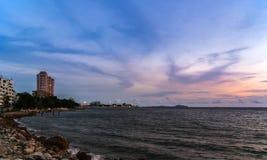 Dämmerungshimmel mit buntem Sonnenuntergang und Wolken Stockbild