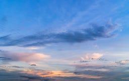 Dämmerungshimmel mit buntem Sonnenuntergang und Wolken Lizenzfreie Stockfotos