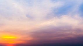 Dämmerungshimmel mit buntem Sonnenuntergang und Wolken am Strand Stockbild