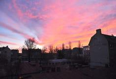 Dämmerungshimmel mit roten Wolken Stockbilder
