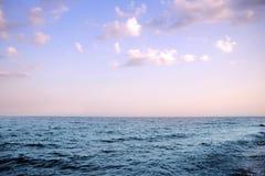 Dämmerungssonne auf dem Meer Stockfotos