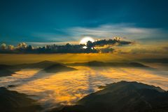 Dämmerungssonnenaufgang oder Sonnenuntergang Berglandschaftsnaturhintergrund, Stockfotos