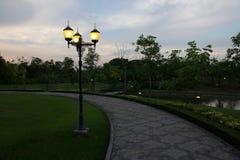Dämmerungssonnenuntergang im Garten lizenzfreie stockfotos