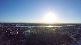 Dämmerungsvogelperspektive des australischen Südstrandes mit der Sonne, die über Adelaide steigt Stockfoto