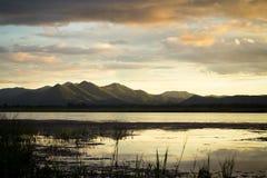 Dämmerungszeit auf dem See und dem Berg Stockfotos