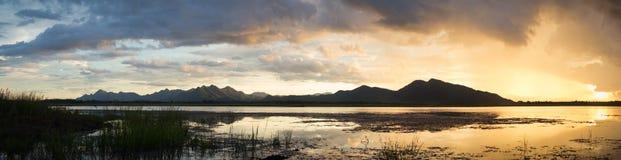 Dämmerungszeit auf dem See und dem Berg Berglandschaft mit Dämmerungshimmel Lizenzfreie Stockfotografie