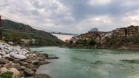 DämmerungsZeitspanne an Rishikesh, an der heiligen Stadt und am Reiseziel in Indien Bunter Himmel und bewegliche Wolken über dem  stock video footage