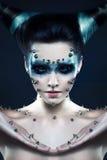 Dämonmädchen mit Spitzen auf dem Gesicht und dem Körper Lizenzfreies Stockfoto